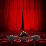 storgubbesammanträde i illustration för gardin 3d för filmbiograf röd royaltyfri fotografi