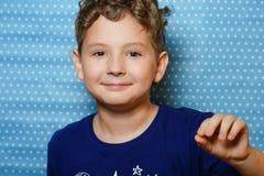 Storia della foto circa il ragazzo che ha avuto il primo dente da latte fotografie stock libere da diritti