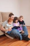Storia della lettura del papà ai bambini Fotografia Stock Libera da Diritti