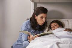Storia della lettura della madre al figlio ad ora di andare a letto Fotografie Stock Libere da Diritti