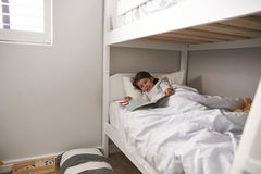 Storia della lettura della ragazza nel letto di cuccetta ad ora di andare a letto Fotografia Stock Libera da Diritti