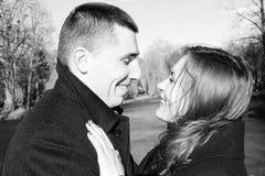 Storia di amore di un uomo e di una donna su un ponte su un San Valentino immagini stock libere da diritti