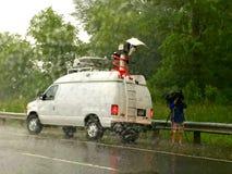Storia di copertura del reporter di notizie nella pioggia Fotografie Stock