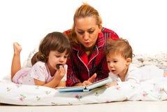 Storia di ora di andare a letto della lettura della mamma Fotografia Stock