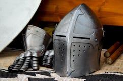 Storia medievale di torneo di battaglia del casco del cavaliere Fotografia Stock