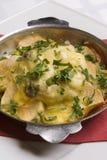 Storione arrostito sotto le patate ed il formaggio Immagini Stock