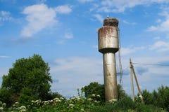 Stork i redet på det rostiga vattentornet arkivfoto
