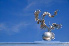 Storkar i självständighetfyrkanten i Tasjkent royaltyfria foton