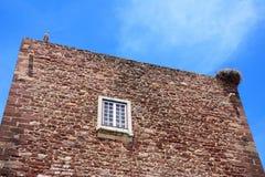 Storkar på stadsportbyggnaden, Silves, Portugal Arkivfoton