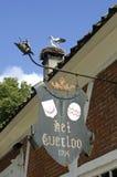 Storkar på storkar bygga bo på landsgodset Everloo Royaltyfri Bild