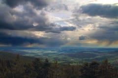 Storm över den pittoreska dalen Arkivbild