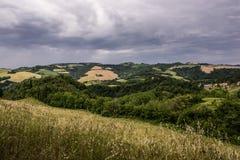 Storm över kullar Arkivbild