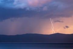 Storm över Yenisei River på Sibirien Arkivfoton