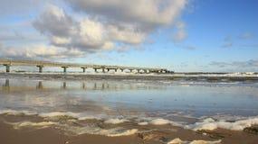 storm Bord de la mer baltique avec la vague de mer et long pont avec la mousse images stock