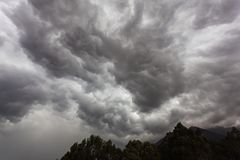 Storm clouds with contrast between dark gray and white. That threaten a heavy rain Royalty Free Stock Photos