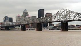 Storm för Louisville Kentucky i stadens centrum stadshorisont som översvämmar Clark Memorial Bridge lager videofilmer