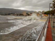 Storm i havet, pir vid havet royaltyfri foto