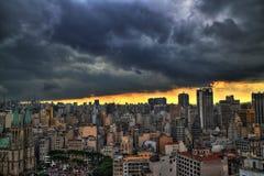 Storm komst De horizon van Sao Paulo in de middag Stock Afbeelding