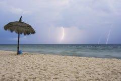 Storm och blixt p? stranden royaltyfri bild