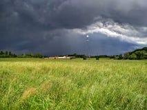 Storm och sol, nordliga Italien, sommar Royaltyfri Fotografi