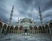Storm på den blåa moskén (Sultanahmet) Royaltyfri Foto