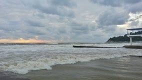 Storm på den Black Sea kusten på solnedgången Arkivbilder