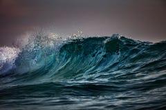 Storm på havet Havsvatten i grova villkor royaltyfri foto