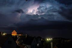 Storm på natten - blixtslag Royaltyfri Fotografi