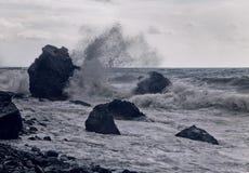 Storm på segla utmed kusten Arkivbilder
