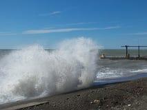 Storm på stranden på den soliga dagen Fotografering för Bildbyråer