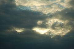 Storm som bryggar i himlen arkivfoton