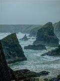 Storm som bryggar på Bedruthan moment, Cornwall fotografering för bildbyråer