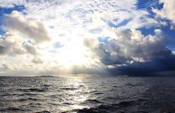 Storm som kommer på en maldivian ö Arkivbilder