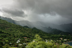 Storma över bergssidan, Nuku Hiva, Marquesas öar, franska Polynesien Royaltyfri Fotografi