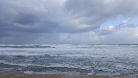Storma blåsväder på havskust av medelhavet, Haifa, Israel Arkivfoton