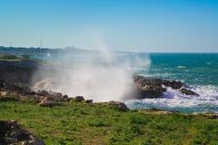 Storma på kusten av Polignano en sto arkivbilder