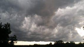 Storma rullningen in, mörka moln, dåligt väder Royaltyfri Bild
