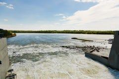 Stormachtig en kalm water achter sluisdeur bij rivier royalty-vrije stock fotografie