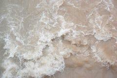 Stormachtig kleiachtig water in een rivier royalty-vrije stock afbeelding
