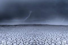 Stormachtig weer als achtergrond en droge grond Stock Foto