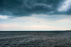 Stormachtig weer bij meer met donkere wolken Royalty-vrije Stock Fotografie