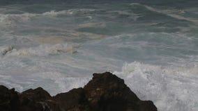 Stormachtig weer langs de Atlantische Oceaan, Sines, Portugal stock video