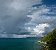 Stormachtig weer met donkere wolken Stock Foto