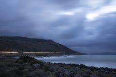 Stormachtig weer met golven die op de kust verpletteren stock afbeelding