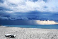 Stormachtig weer met regen op het strand royalty-vrije stock afbeelding