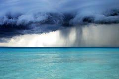 Stormachtig weer met regen op het strand Royalty-vrije Stock Afbeeldingen
