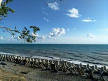 Stormachtig zeegezicht met brekers op de kust stock foto