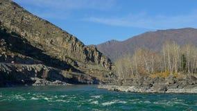 Stormachtige berg mooie rivier die in de herfstaard stromen Waterschuim op de stroomversnelling landschap, het Turkooise rivier s stock videobeelden