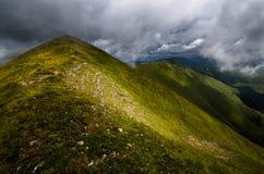 Stormachtige bergenrand Stock Foto