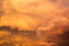 Stormachtige bewolkte helder gekleurde hemel Royalty-vrije Stock Fotografie